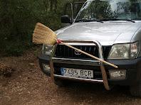 Aquest és un verdader cotxe escombra. El trobem en un replà del Torrent del Clot de les Coves