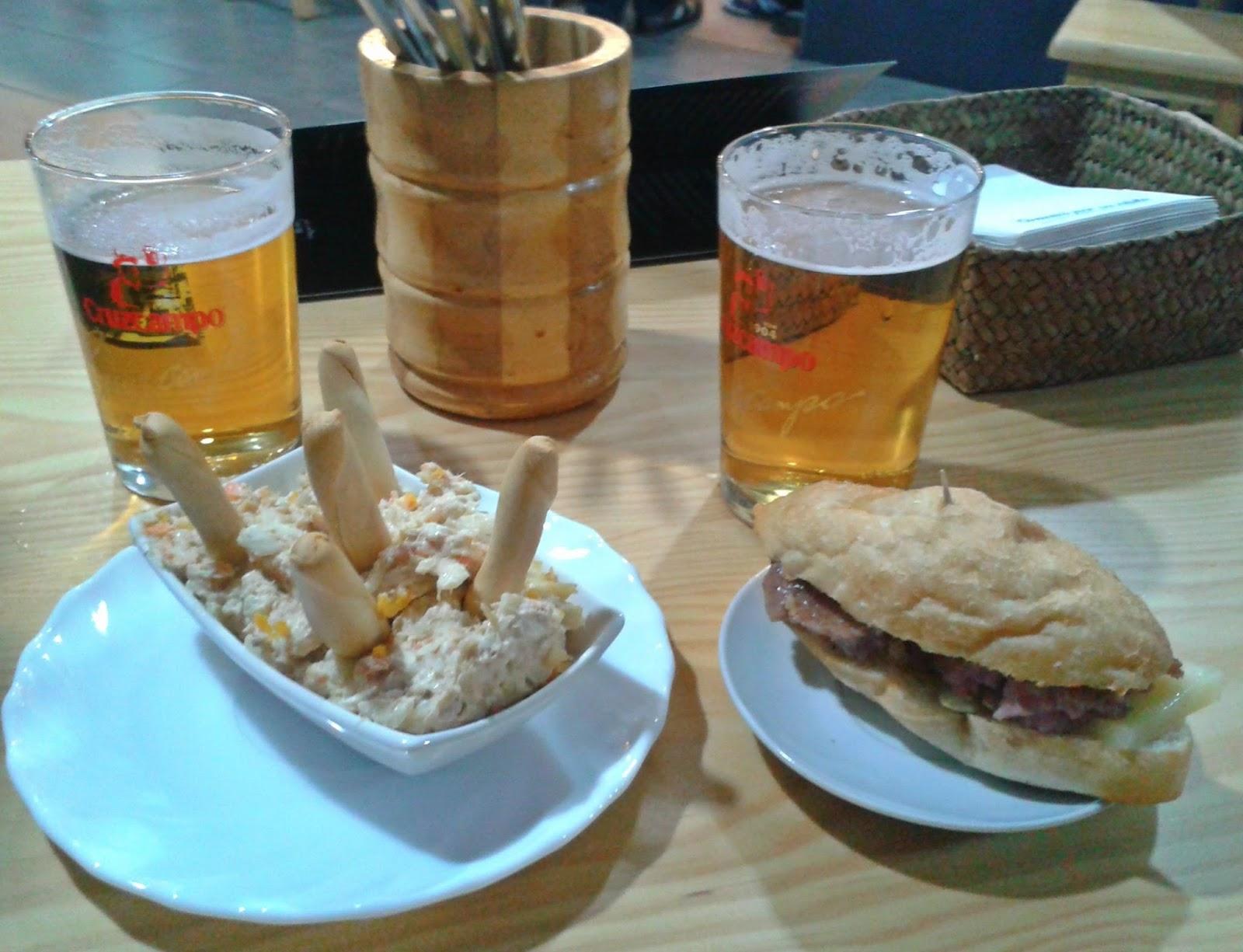 Tapas de ensaladilla rusa y montadito de salchicha