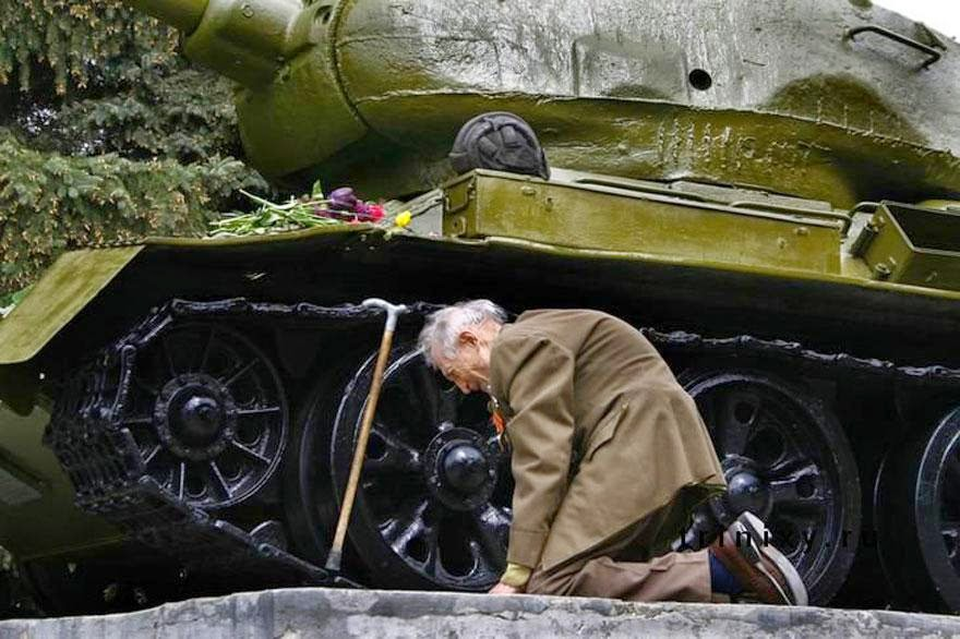 30 of the most powerful images ever - An old WW2 Russian tank veteran finally found the old tank in which he passed through the entire war – standing in a small Russian town as a monument