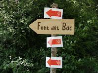 Rètol indicador de la direcció a seguir per anar a la Font del Bac