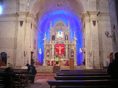 Interior de la Catedral de Puno, Perú, La vuelta al mundo de Asun y Ricardo, round the world, mundoporlibre.com