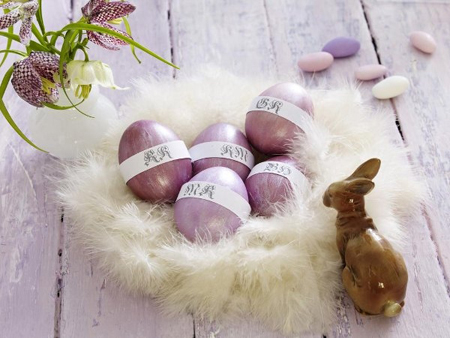 Декорация за Великден в бяло и пурпурно