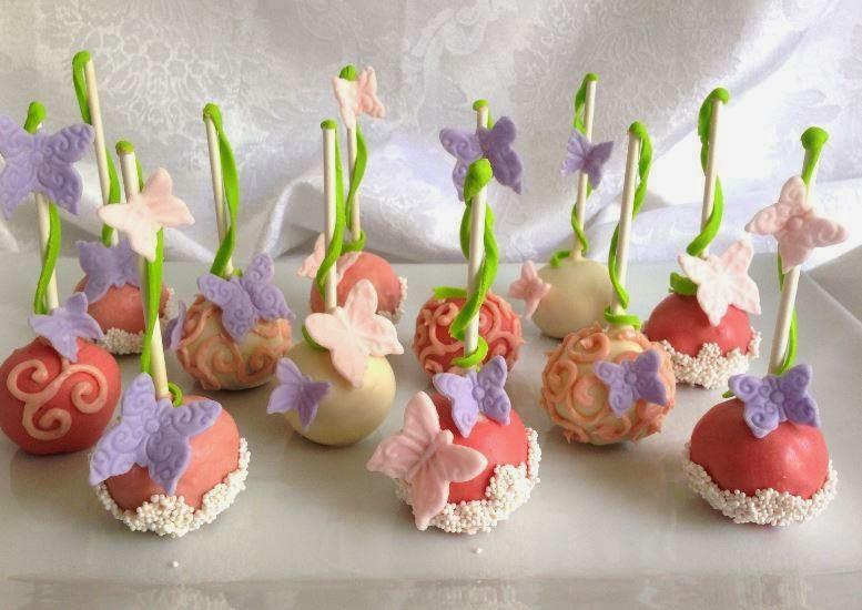 Cake pops – pyragaitis ant pagaliuko. Šokoladinis drėgnas trupintas biskvitas pagardintas smulkintais sausainiais, konsensuotu pienu ir kakava. Puoštas cukriniais drugeliais.
