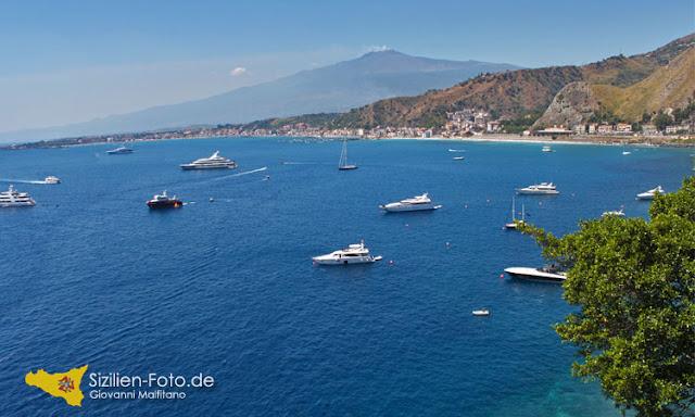 Vulkan Ätna und die Bucht von Giardini Naxos
