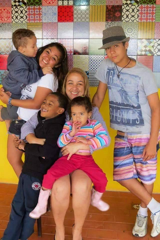 Minha filha e seus cinco filhos.... guerreira, exemplo de mulher!