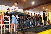 Coral formado por alunos dá início ao 7º Show de Talentos da Escola Municipal Ginda Bloch