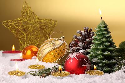 Tarjetas y postales navideñas con adornos y esferas