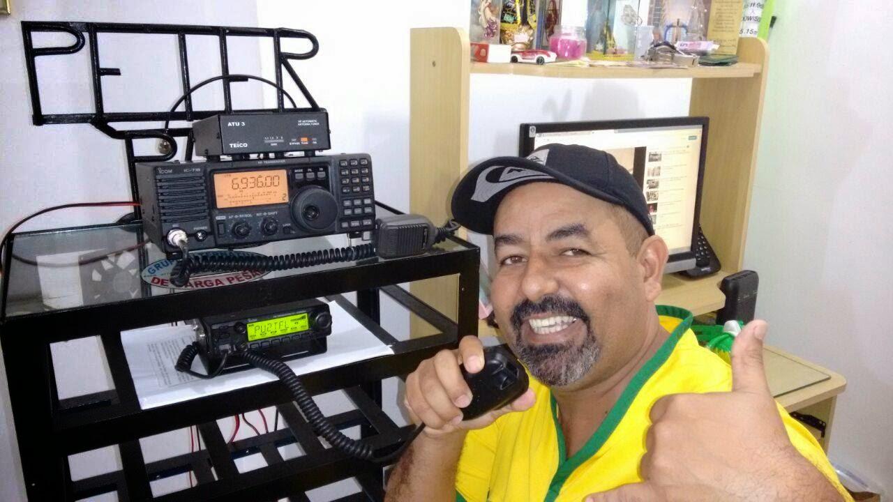 PU2TFL Tadeu em sua estação com o seu IC-718