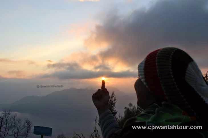 http://www.ejawantahtour.com/2014/11/menikmati-sunrise-sikunir-dieng-plateau.html