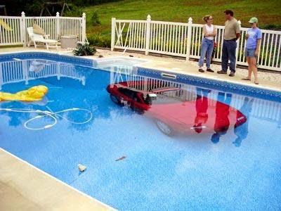 http://asalasah.blogspot.com/2015/04/wanita-ini-parkir-mobil-dalam-kolam.html