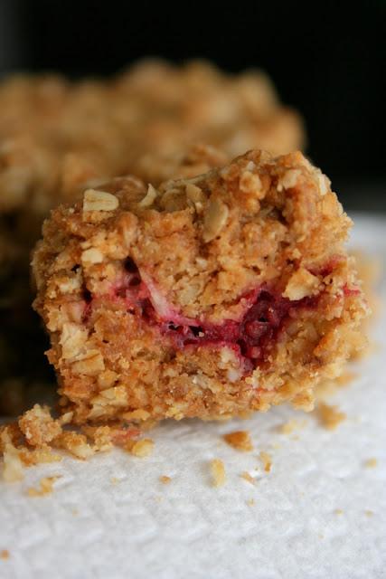 Krajanka z płatków owsianych i malin (raspberry flapjack)