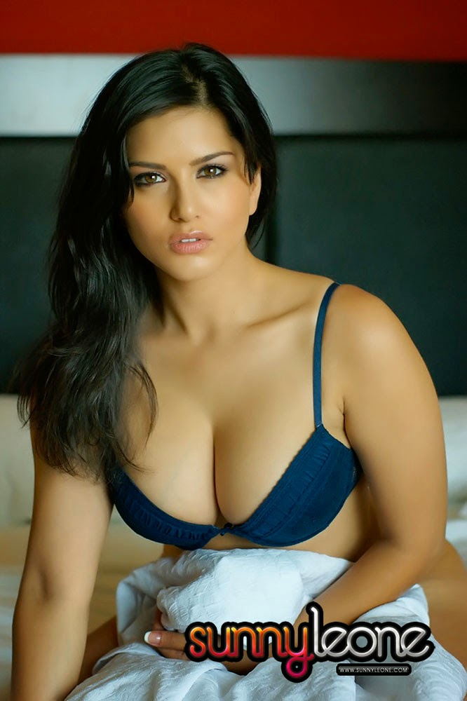 sunny leone nude removing her bra and panties sexy sex mood ready to do on bed hot porn pics