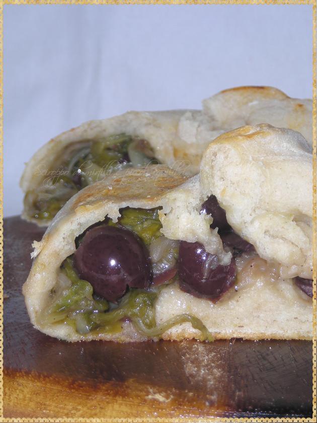 Pizza avvolta ripiena di scarola, alici ed olive di Gaeta