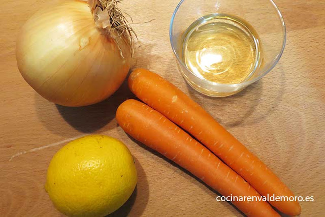 Ingredientes: cebolla, zanahoria, limón y vino blanco