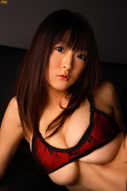 Mizuki Horii điệu đà bên sofa