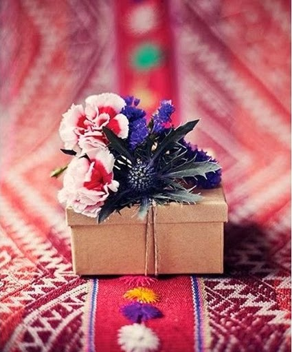 paketinslagning med blommor, paketinslagning julklappar blommor, christmas gift wrapping, christmas gift wrapping with flowers and foliage