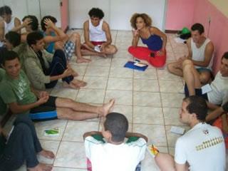 Alunos de teatro na Escola Jovem LBGT (Foto: Divulgação)