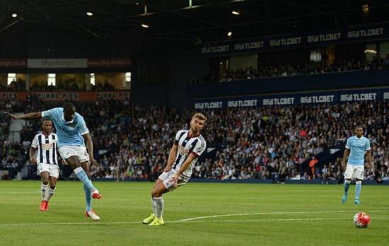 Yaya Touré marca duas vezes na estreia do City no Campeonato Inglês e divide a artilharia com Riyad Mahrez, do Leicester