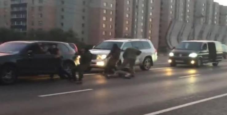 Δείτε πώς σταματούν τους καυγάδες στη μέση του δρόμου οι αστυνομικοί στη Ρωσία (vid)
