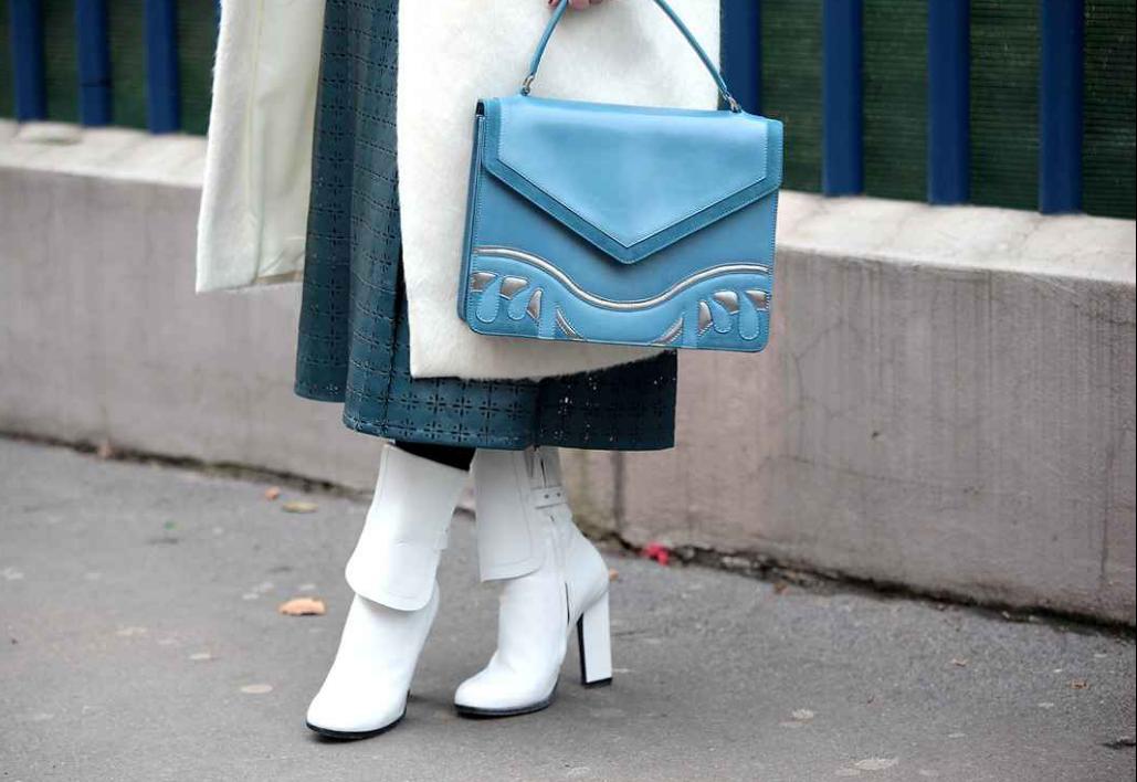 Abrigo y botines en blanco con bolso azul