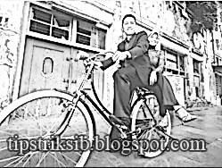 ... efek hitam putih agar foto menyatu dengan efek sketsa hasil edit foto