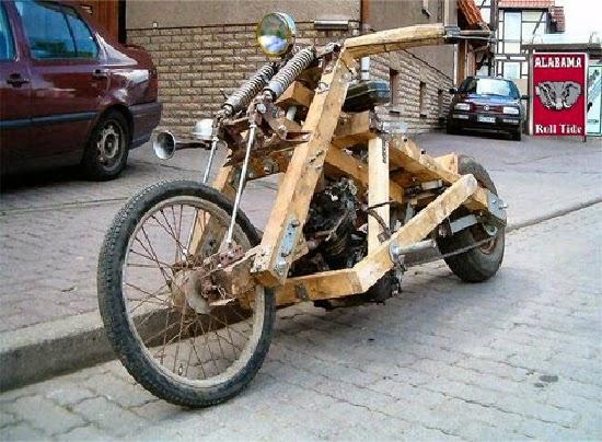Motocicleta Harley Davidson cu cadru de lemn