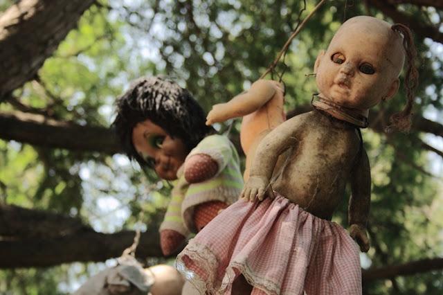 فيلم رعب على أرض الواقع ، في جزيرة الدمي المشوهه .   Island-of-dolls-9%5B5%5D