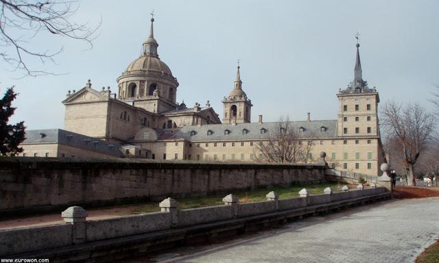 Monasterio de El Escorial visto desde abajo