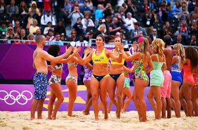 Londres: Trajes de baño lucen antes de contiendas en Voleibol de Playa