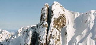 Aksi Nekad Bermain Ski di Celah Gunung Vertikal