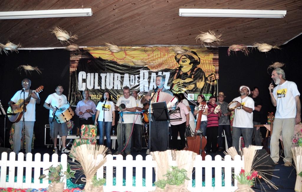 O ponto alto da festa, com artistas juntos cantando Cálix Bento