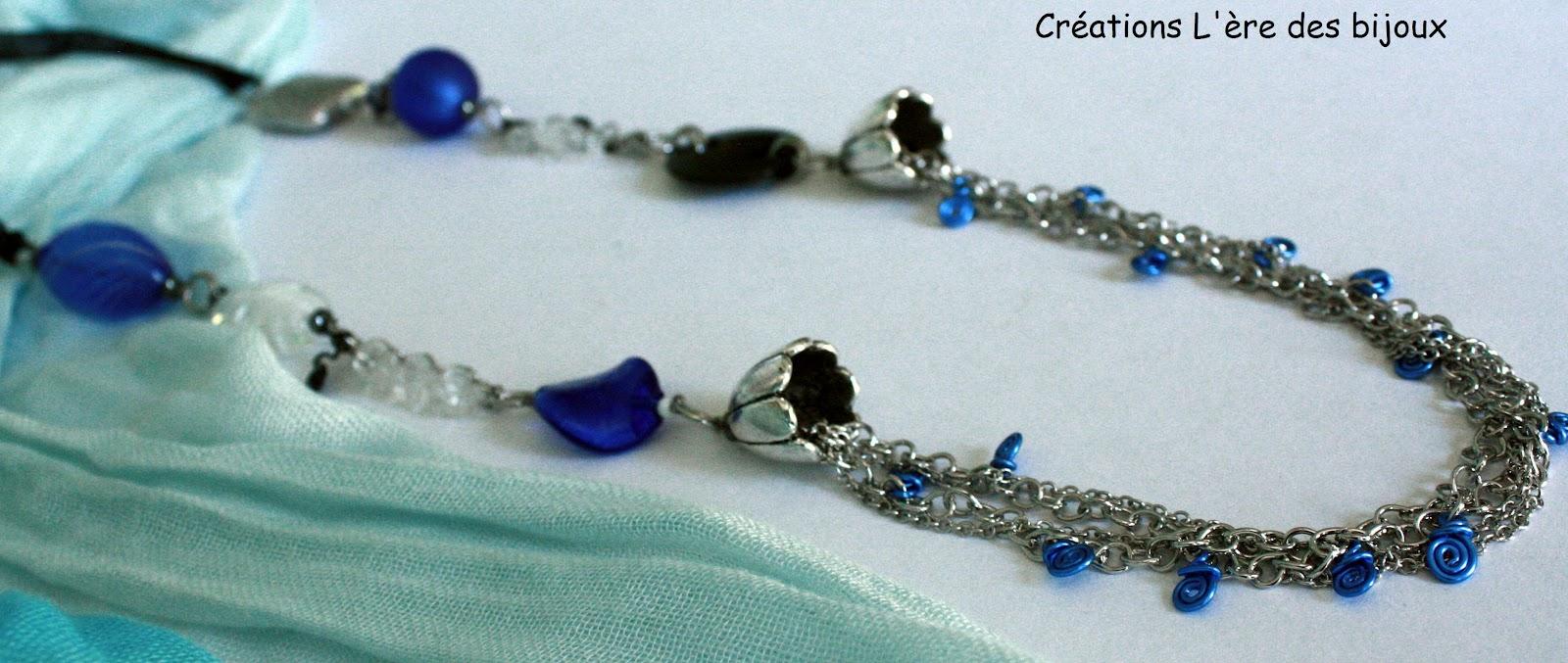 L 39 Re Des Bijoux Un Collier Long Dans Les Teintes De Bleu