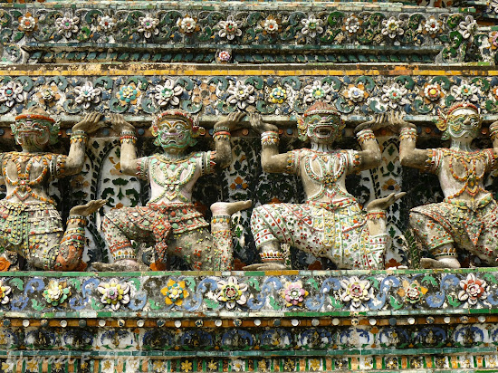 "Demon statues ""lifting"" the full weight of Wat Arun"