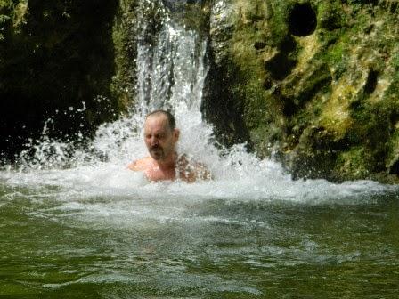 Pequeño salto de agua en los baños del río San Juan en el complejo turístico Las Terrazas, en la Sierra del Rosario, Cuba