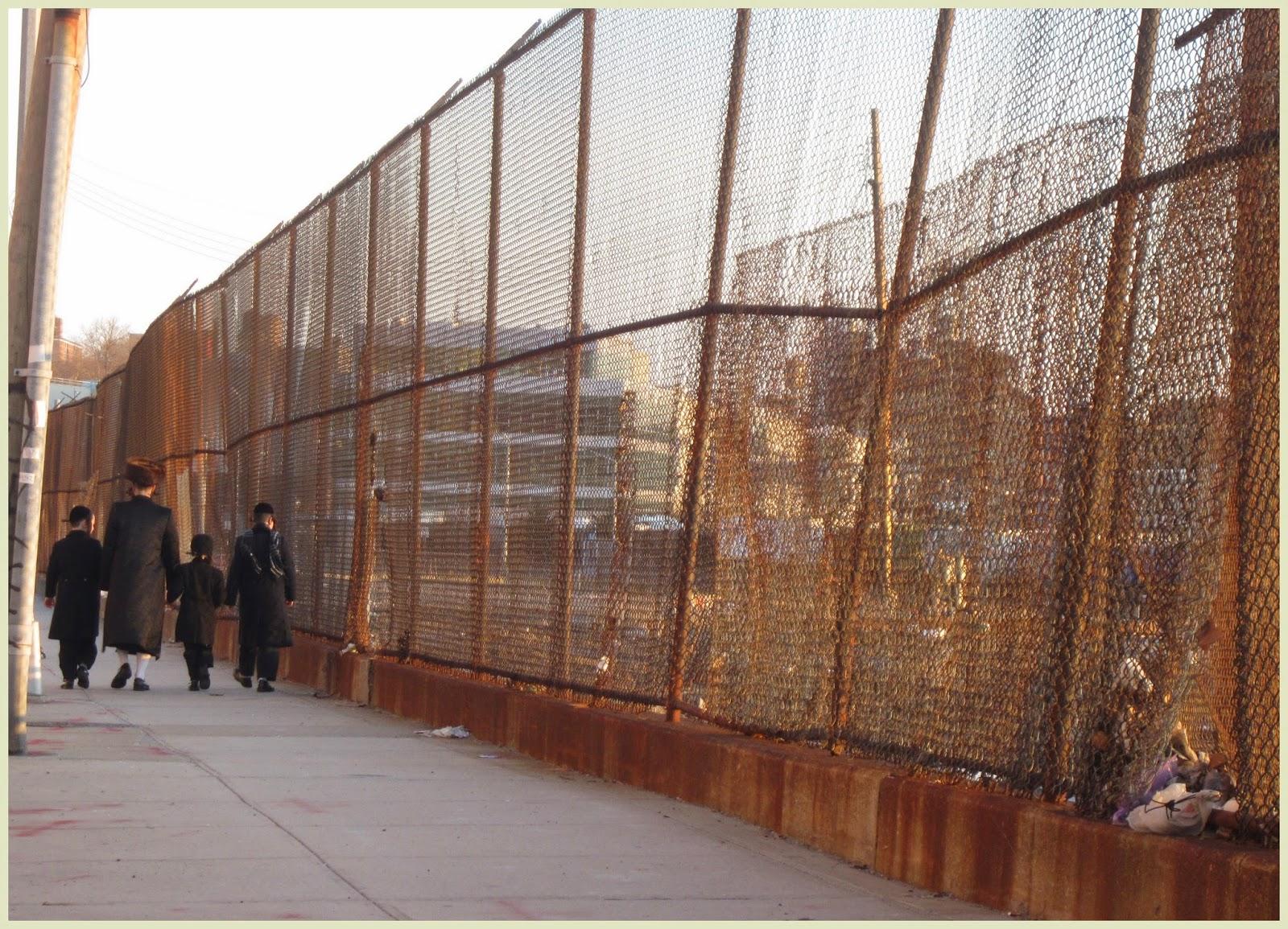 familia judía ultra ortodoxa pasea por Nueva York