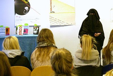 Aisha Shezadi gives a talk in a Norwegian school