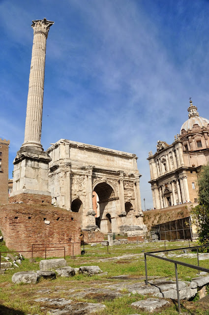 The Column of Phocas against the backdrop of the Arch of Septimius Severus