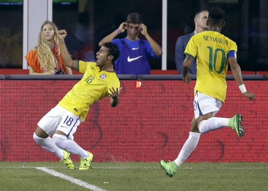 Rafinha festeja um gol pela seleção brasileira ao lado de Neymar