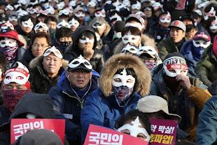 Manifestantes surcoreanos protestando con máscaras