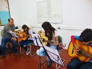 Estes instrumentos são utilizados pela comunidade nas aulas de violão.
