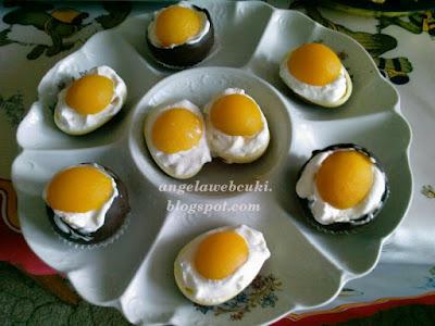 Húsvéti tejszínes csokoládétojások, sárgabarack befőttel és kindertojással, lufi segítségével készített, sütés nélküli édesség.