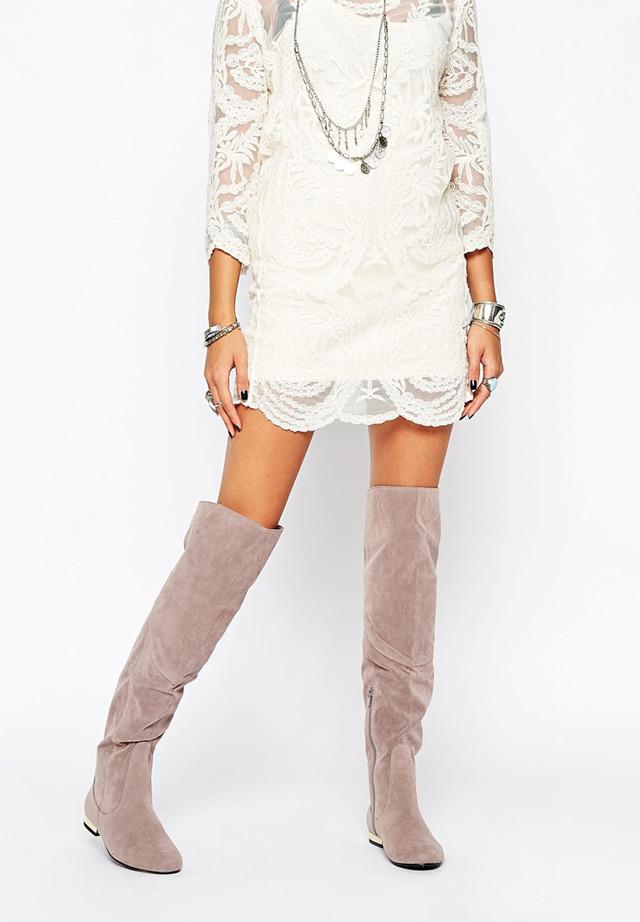 What to wear with over the knee grey boots: white lace dress and a lot of jewellery. Najbolje sive čizme preko koljena i kako ih kombinirati