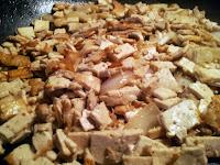 Tofu au soja et oignons en cours de cuisson