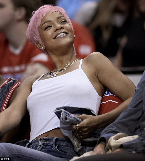 Rihanna rocks pink hair, cups boob at Basketball game (PHOTOS)