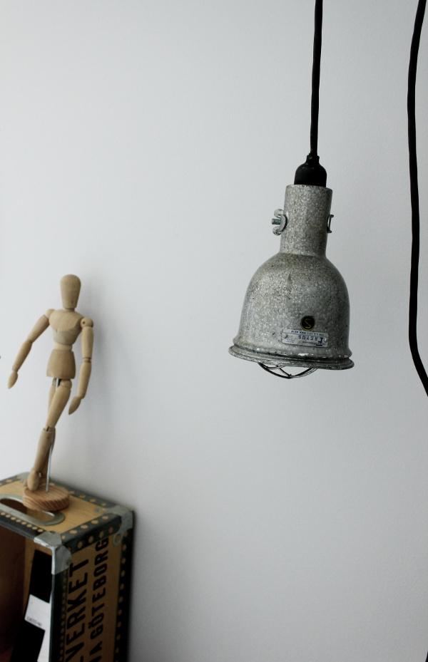 bygglampa, industriell lampa, work lamp, arbetslampa, hängande bygglampa, hänga upp bygglampa, atlejé, renoverade ateljén, ateljé före och efter bilder, före och efter, grå vägg, vit parkett, tarkett, ask golv