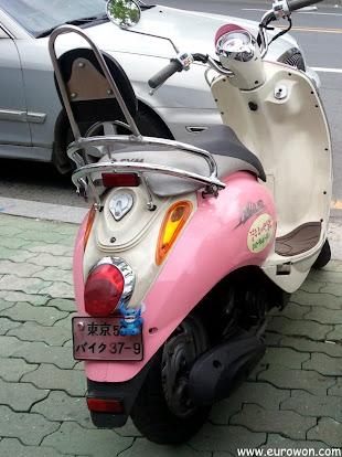 Moto coreana con matrícula de Japón