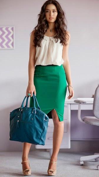 Бежевая блузка и зеленая юбка