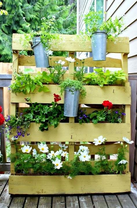el medioambiente y un mundo ms ecolgico os presentamos como reciclar un palet de embalar convirtindolo en un precioso jardn vertical para casa - Jardin Vertical Con Palets