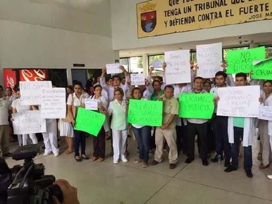 MARCHAN MÉDICOS Y ENFERMERAS A FAVOR DE DOS DE SUS COLEGAS PRESOS