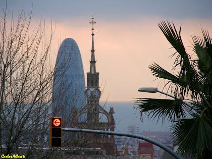 La Torre Agbar i la Torre del Rellotge de l'Hospital de Sant Pau des del carrer Cartagena. Autor: Carlos Albacete